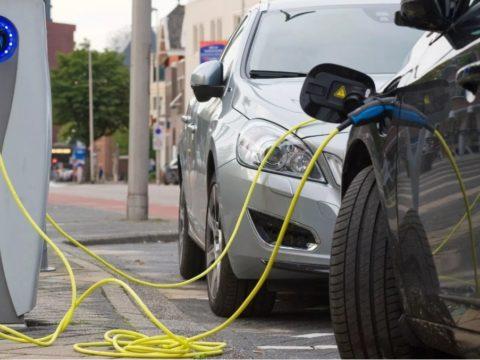 Государственные инвестиции в уличную зарядку автомобилей удваиваются