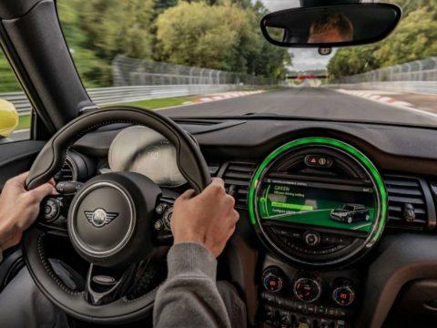 Mini Cooper SE может проехать Нюрбургринг без торможения